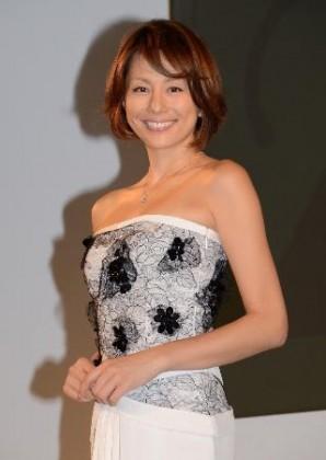 ダイヤモンドが映える白いドレスで登場した米倉涼子 ダイヤモンドが映える白いドレスで登場した米倉涼