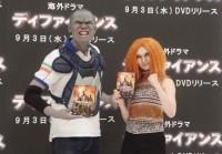 海外ドラマ「DEFIANCE/ディファイアンス」DVDリリース記念PRイベントに登場した、おにぎり(左)と武田梨奈