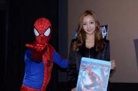 スパイダーマンとツーショットでご機嫌な板野友美