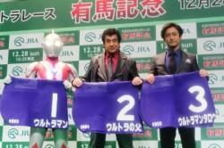 (左から)ウルトラマン、藤岡弘、、石丸幹二