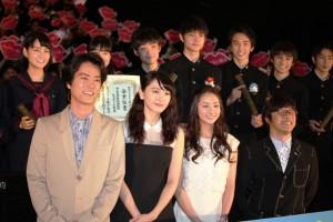(前列左から)桐谷健太、新垣結衣、木村文乃、三木孝浩監督、(後列)合唱部員を演じた生徒たち