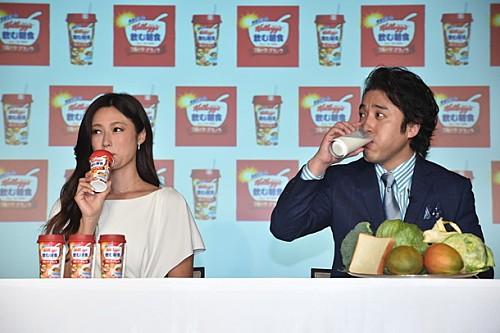 深田恭子×ムロツヨシ『ケロッグ 飲む朝食 フルーツグラノラ』CM発表会で対決
