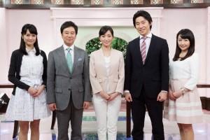 メーンキャスターの大江麻理子さん(中央)を中心とした「ワールドビジネスサテライト(WBS)」のキャスター