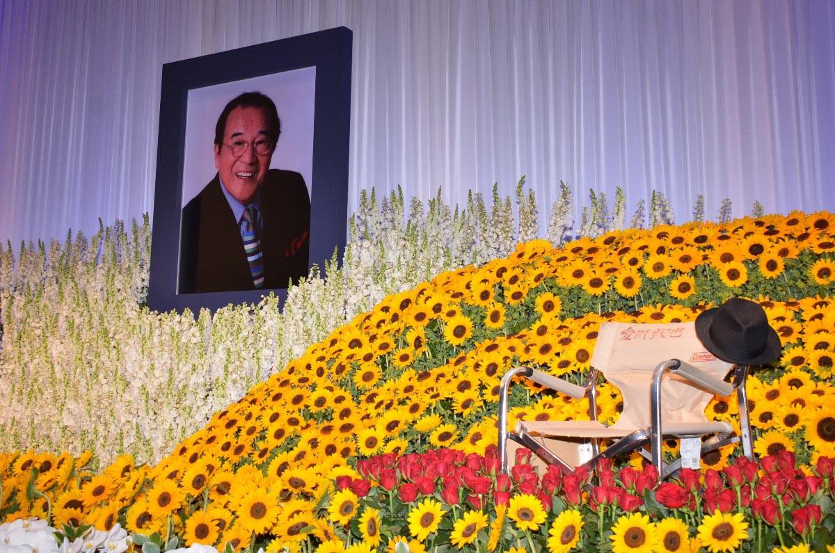 愛川欽也さんしのぶ会に約700人参列 大橋巨泉が弔辞「キンキンは ...