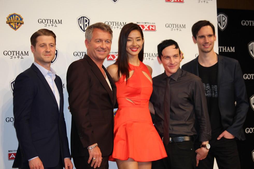 (左から)ベン・マッケンジー、ショーン・パートウィー、すみれ、ロビン・ロード・テイラー、コリー・マイケル・スミス