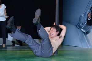足を振り上げた瞬間、地面に落ちた井上裕介