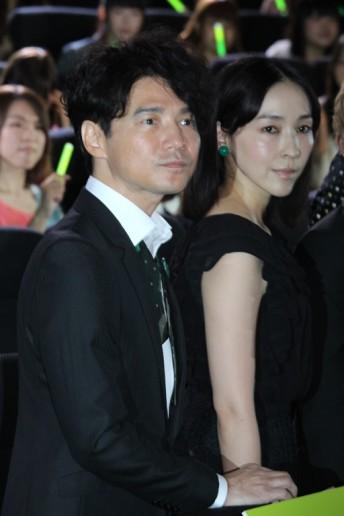 吉岡秀隆(左)と麻生久美子 | エンタメOVO(オーヴォ)