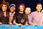 来日したブロードウエーミュージカル「ピピン」のキャストと写真撮影に臨んだ米倉涼子(中央)