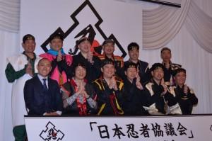 忍者装束に身を包んだ各地の県知事、市長らと市川海老蔵