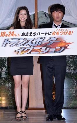黒のミニワンピース姿で登場した足立梨花(左)と小沢一敬