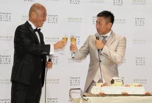 ノンアルコールのシャンパンで乾杯する前園とJリーグ選手OB会副会長の松原良香氏