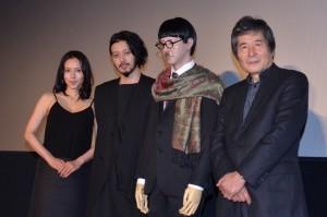 (左から)中谷美紀、オダギリジョー、藤田のマネキン人形、小栗康平監督