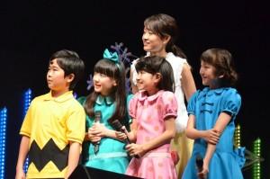 スケッチの様子を見守る子役たちと前田敦子