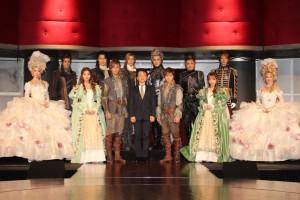 舞台衣装で登場したキャストと演出の小池修一郎氏(中央)