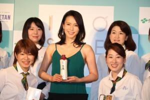 「Green Tea Party」の女性スタッフと中谷美紀(中央)