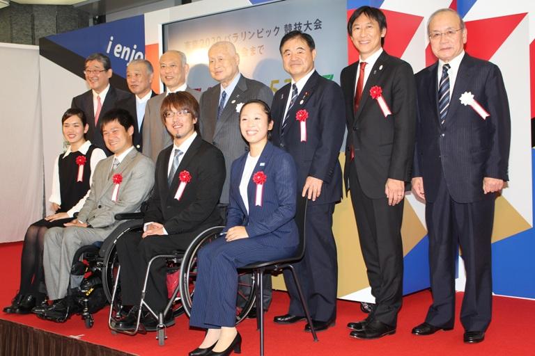 発表会に登壇した鈴木大地スポーツ庁長官ら関係者とパラアスリート