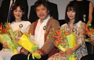 (左から)綾瀬はるか、是枝裕和監督、広瀬すず
