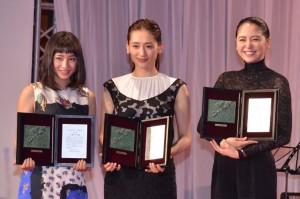 (左から)新人賞の広瀬すず、主演女優賞の綾瀬はるか、助演女優賞の長澤まさみ