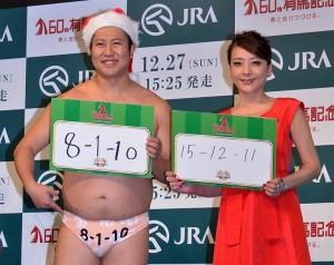 クリスマス風の出で立ちで競馬予想したとにかく明るい安村(左)と西川史子