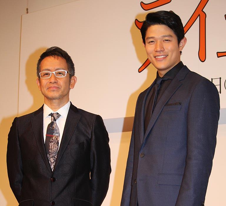 宮本亜門氏(左)と鈴木亮平