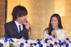 何度も互いに見詰め合い、ほほ笑みながら話したDAIGO(左)と北川景子