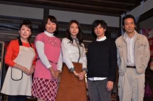 (左から)松坂慶子、山崎静代、松下奈緒、安藤政信、村上弘明