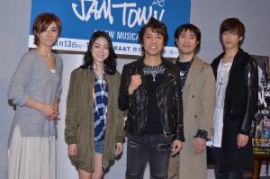 (左から)東風万智子、松浦雅、筧利夫、藤井隆、水田航生