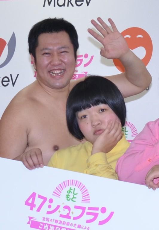 SMAPにエールを送ったとにかく明るい安村(左)とおかずクラブのオカリナ