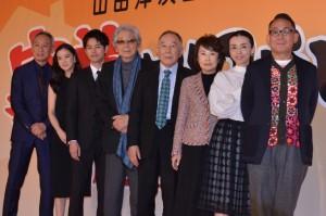(左から)西村雅彦、蒼井優、妻夫木聡、山田洋次監督、橋爪功、吉行和子、中嶋朋子、林家正蔵