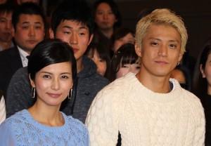 柴咲コウ(左)と小栗旬