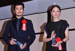 新人賞を受賞した玉山鉄二と(左)吉田羊