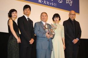 (左から)小山田サユリ、西島秀俊、ビートたけし、忽那汐里、ウェイン・ワン監督
