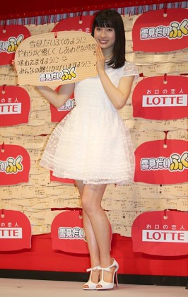 白いドレス姿で現れた土屋太鳳