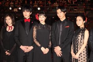 (左から)松岡茉優、真剣佑、広瀬すず、野村周平、上白石萌音
