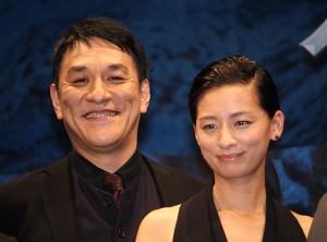 ピエール瀧(左)と尾野真千子