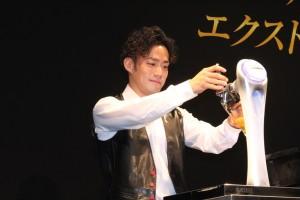 ビールを注ぐ高橋大輔氏