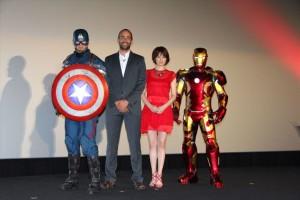 (左から)キャプテン・アメリカ、ネイト・ムーア氏、米倉涼子、アイアンマン