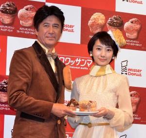 草刈正雄(左)と波瑠