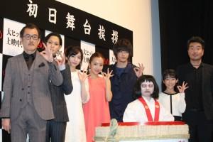 (左から)吉田鋼太郎、玉城裕規、入来茉里、板野友美、白石隼也、のぞきめちゃん、石井心愛、三木康一郎監督