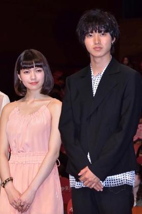 二階堂ふみ(左)と山崎賢人
