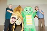 (左から)カンパニーErthプロデューサーのライト・スコット・グラフトン氏、アウストラロヴェナトル、ガチャピン、恐竜くん