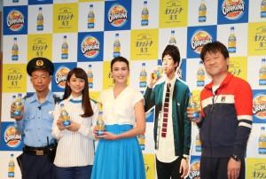 (左から)小峠英二、木村文乃、サロメ・デ・マート、坂口健太郎のパネル、佐藤二朗
