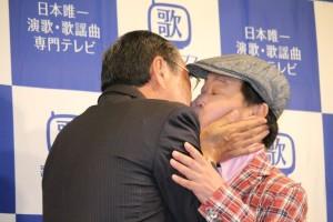 「けんかしてからのキス」を披露した吉幾三(左)と上島竜兵