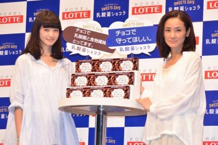 発表会に出席した小松菜奈(左)と吉田羊
