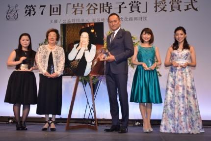 (左から)吉田南さん、戸田奈津子氏、渡辺謙、新妻聖子、井上朋実さん