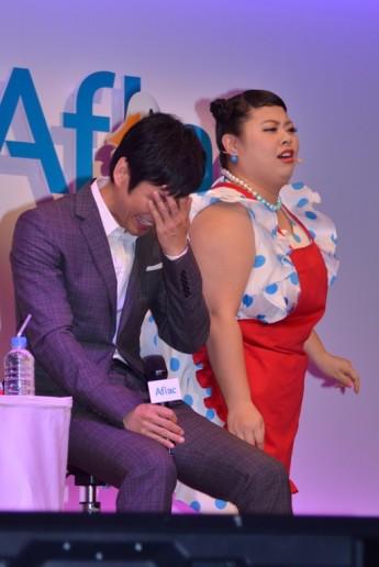 熱烈ダンスで西島秀俊(左)に猛アピールした渡辺直美
