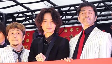 (左から)横山健、綾野剛、谷中敦