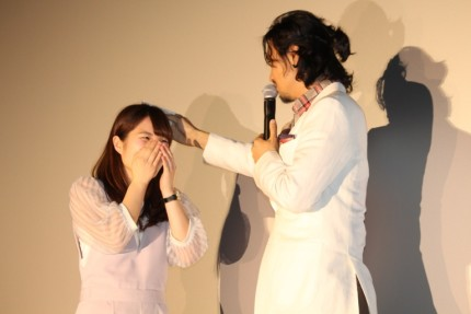 女性の髪を拭くシーンを再現した斎藤工