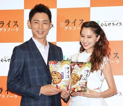 「ライスグラノーラ 新商品発表会」に登場した小泉孝太郎(左)と河北麻友子