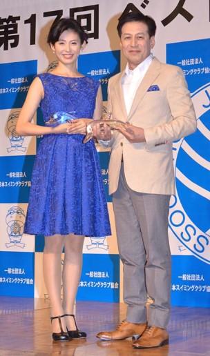 「第17回ベストスイマー2016」を受賞した本仮屋ユイカ(左)と村尾信尚氏
